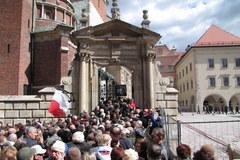 Tłumy na Wawelu, ludzie oddają hołd parze prezydenckiej