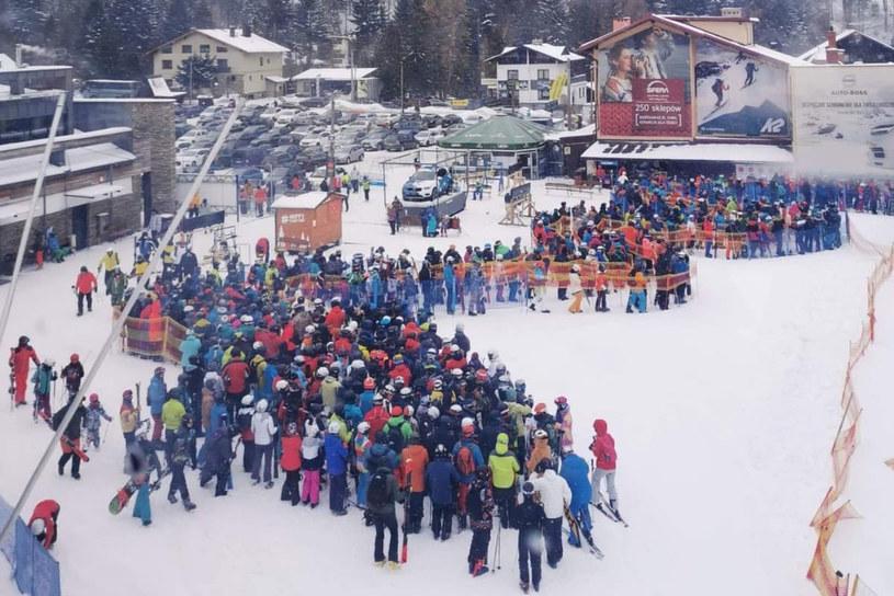 """Tłumy narciarzy w Szczyrku (fot. """"Bielskie Drogi"""") /Twitter"""