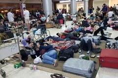Tłumy oczekują na lotnisku na ewakuację z Lombok