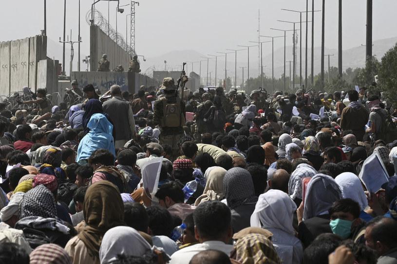 Tłumy próbujące dostać się na lotnisko w Kabulu /Wakil KOHSAR /AFP