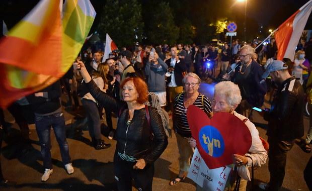 """Tłumy protestowały przed Sejmem po uchwaleniu """"lex TVN"""""""
