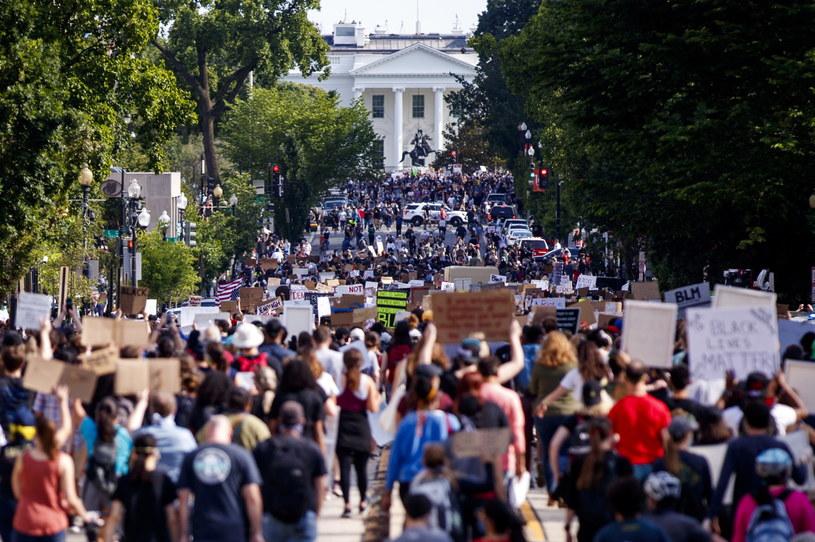 Tłumy protestujących przed Białym Domem /SHAWN THEW    /PAP/EPA