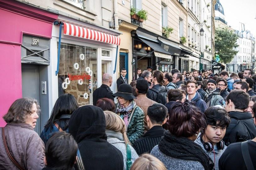 Tłumy przed sklepem Scarlet Johansson w dniu otwarcia Yummy Pop /CHRISTOPHE PETIT TESSON /PAP/EPA