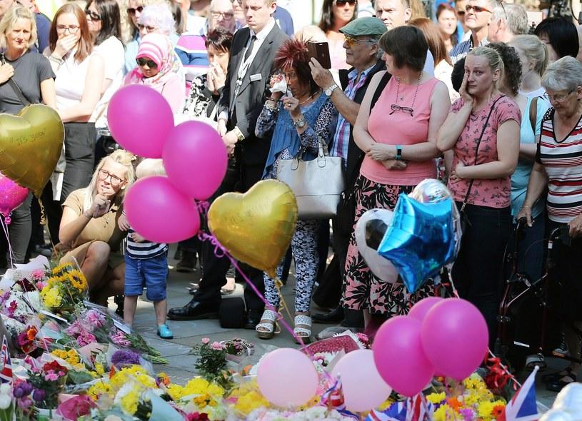 Tłumy składające hołd ofiarom zamachu /PAP/EPA