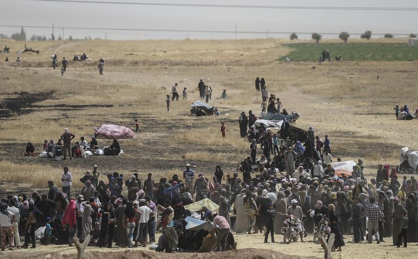 Tłumy syryjskich uchodźców na granicy z Turcją /AFP