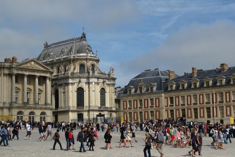Tłumy turystów na dziedzińcu pałacu w Wersalu /Agencja FORUM