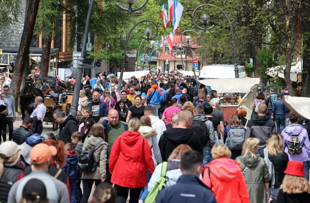 Tłumy turystów na Krupówkach w Zakopanem podczas długiego weekendu w Boże Ciało /Grzegorz Momot /PAP