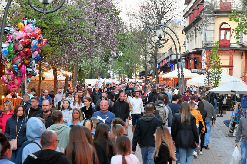 Tłumy turystów na Krupówkach, zdj. ilustracyjne /Paweł Murzyn  /East News