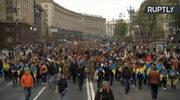 Tłumy Ukraińców w drodze na Stadion Olimpijski w Kijowie. Decydująca debata Poroszenko-Zełenski