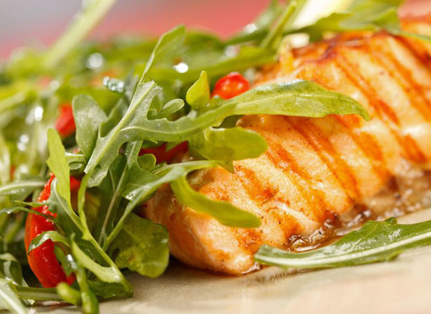 Tłuste ryby morskie (jak łosoś, halibut, flądra) - malec znajdzie w nich nienasycone kwasy tłuszczowe omega-3 i jod /123RF/PICSEL