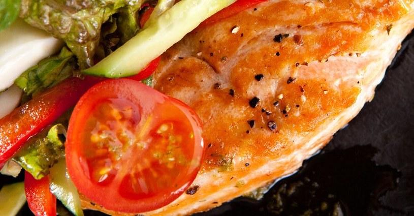 Tłuste ryby obfitują w kwasy omega-3 /123RF/PICSEL