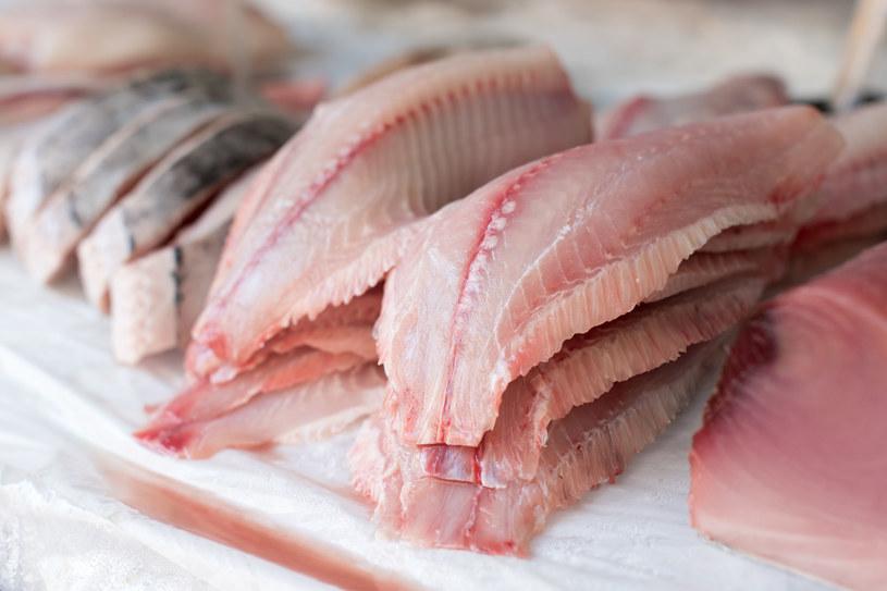 Tłuste ryby plus zielone warzywa to połączenie idealne /123RF/PICSEL