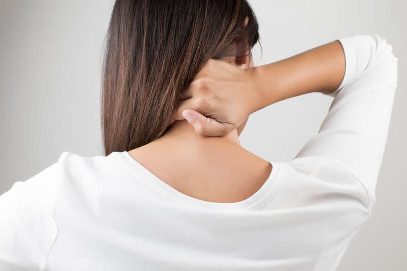 Tłuszczaki mogą pojawić się na szyi /©123RF/PICSEL