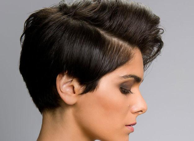 To bardzo dynamiczna fryzura: włosy z jednej strony są wystrzyżone, z drugiej sięgają połowy ucha /123RF/PICSEL