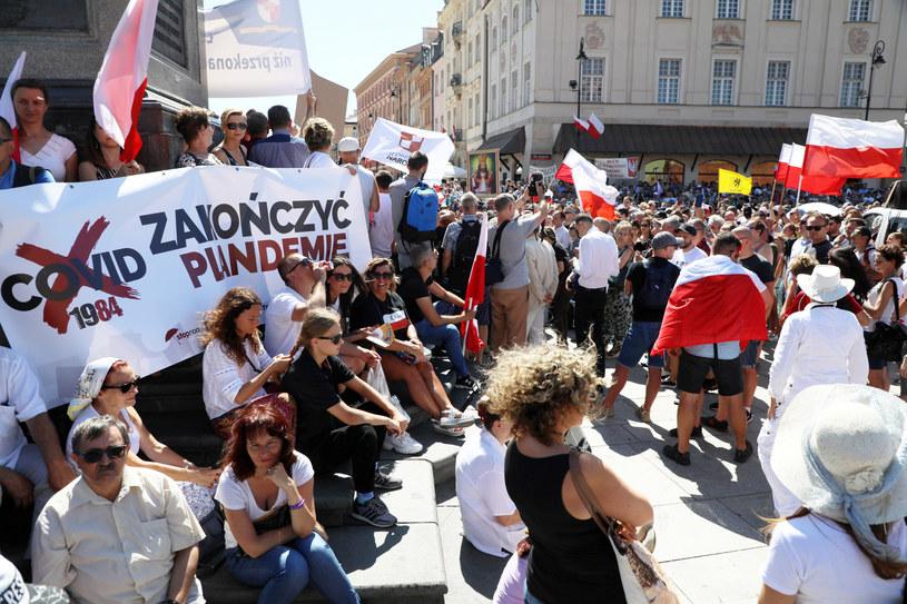 """To będzie już kolejna manifestacja w Warszawie. W połowie sierpnia protestowano na Placu Zamkowym pod hasłem """"Stop Pandemii"""". /Jakub Kamiński   /East News"""