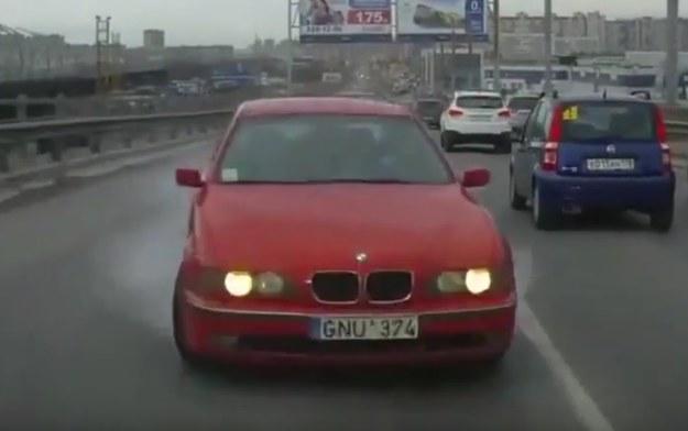 To BMW serii 5 najwyraźniej nie miało ABSu. A jego kierowca niezbyt wiele wyobraźni /