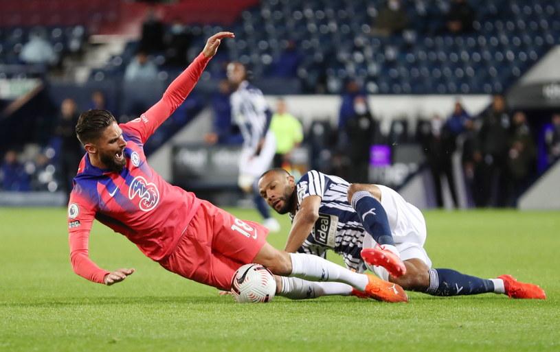 To był zacięty bój. Olivier Giroud (z lewej) faulowany przez Matta Phillipsa. /PAP