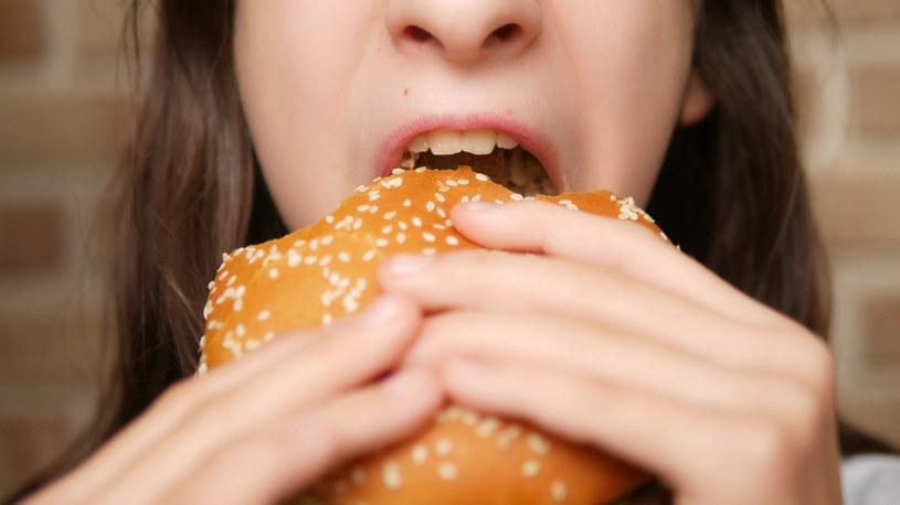To co i jak jemy, ma wpływ na wygląd twarzy /123RF/PICSEL