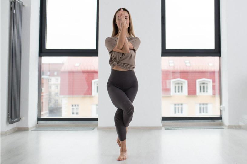 To ćwiczenie dobrze robić rano, ponieważ  doskonale rozciąga wszystkie ważne mięśnie /123RF/PICSEL