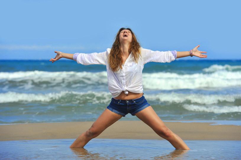 To ćwiczenie można wykonywać rankiem na świeżym powietrzu. Dodaje energii i rozluźnia całe ciało /123RF/PICSEL