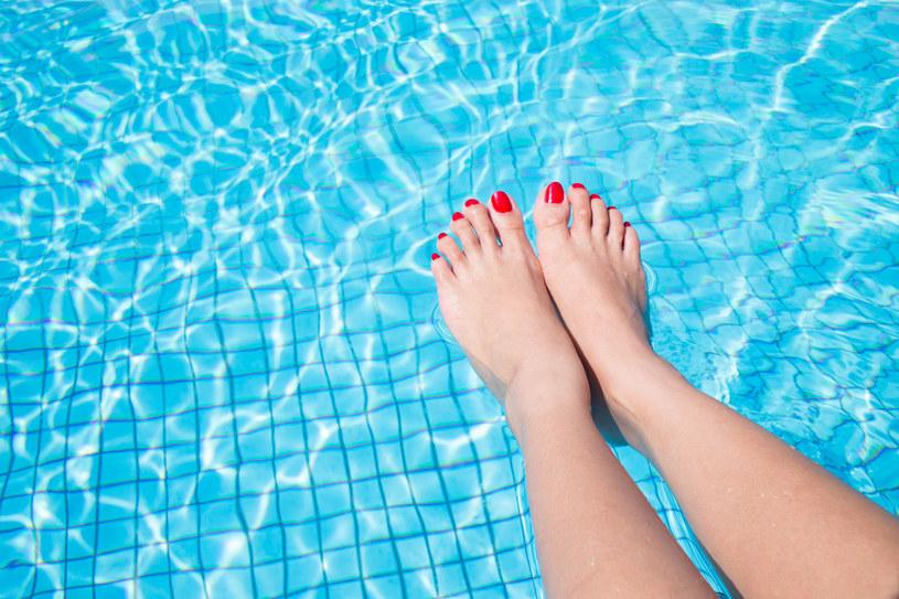 To częsta dolegliwość kobiet. Gdy tylko je zauważysz, zacznij nosić żelowe kliny i gimnastykuj stopy /123RF/PICSEL