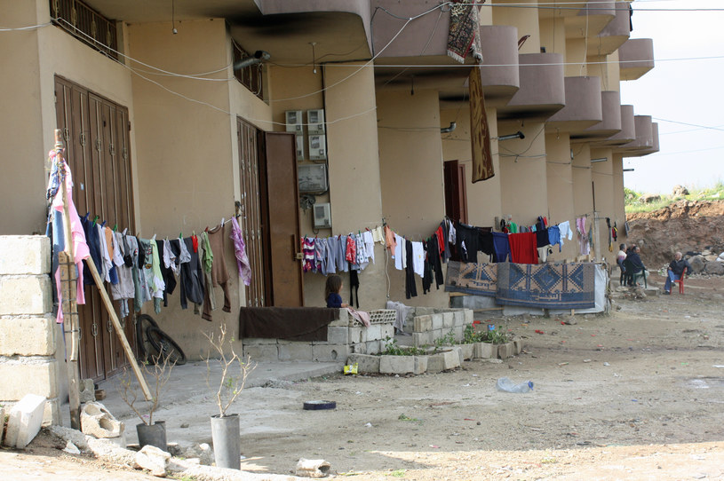 To częsty widok w Libanie - dolny poziom budynku, garażowy, zajęty przez uchodźców. /Marcin Ogdowski /INTERIA.PL