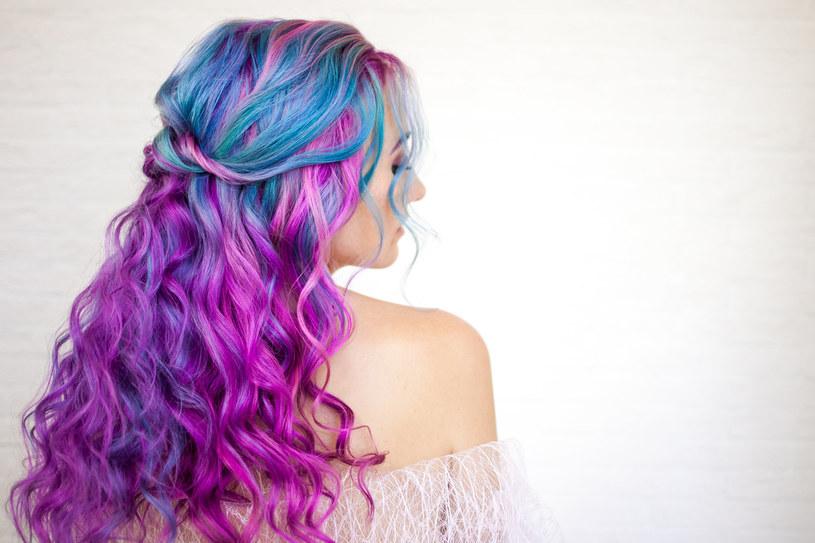 To ekstrawagancka fryzura, która idealnie sprawdzi się zwłaszcza w czasie wakacyjnych festiwali /123RF/PICSEL