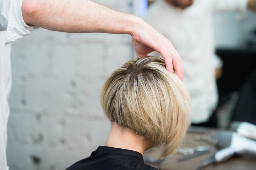 To jedna z modnych fryzur tego sezonu /123RF/PICSEL