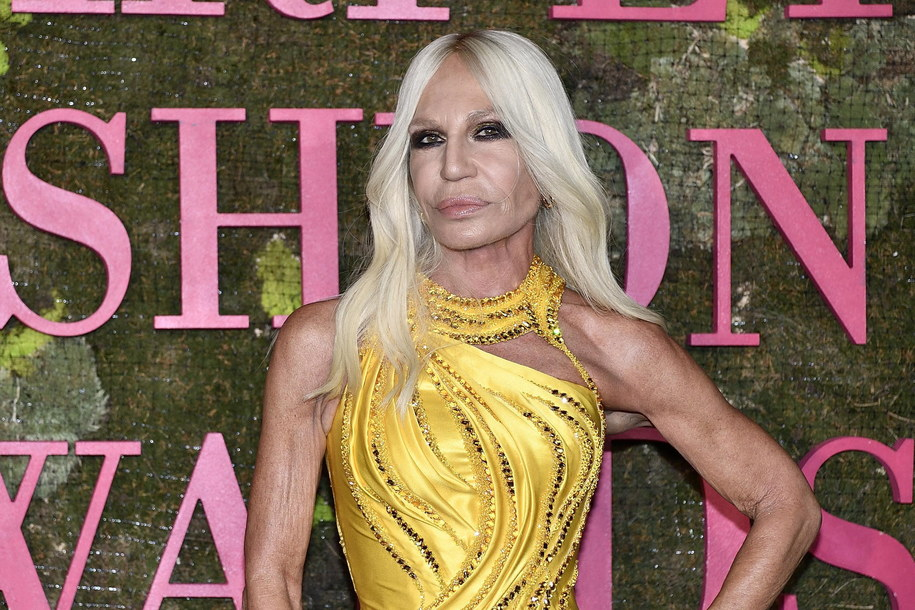 """""""To jest ekscytujący moment dla Versace. Santo, Allegra i ja uważamy, że ten krok pozwoli Versace osiągnąć pełen potencjał"""" - powiedziała dyrektor artystyczna Donatella Versace. /FLAVIO LO SCALZO /PAP/EPA"""