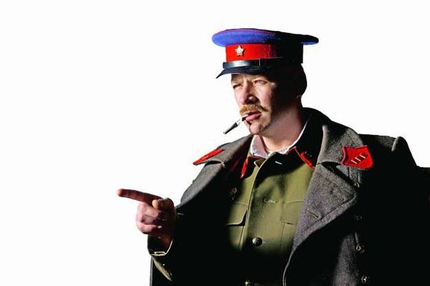 """– To jest wasz nowy dom, Polacy! Kto nie pracuje, ten nie je! – tak oficer NKWD wita deportowanych w ich nowym """"domu"""": sowieckim łagrze na Syberii. /Mat. Prasowe"""