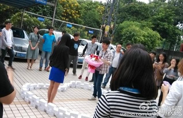 To mialy być romantyczne i nietypowe oświadczyny. Skończyło się jednak zawodem miłosnym... /Weibo.com /INTERIA.PL/materiały prasowe