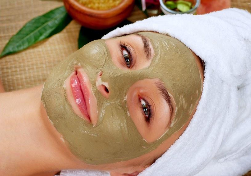 To najlepszy czas na maski z naturalnymi glinkami. Delikatnie złuszczają, usuwają toksyny i wygładzają skórę /123RF/PICSEL