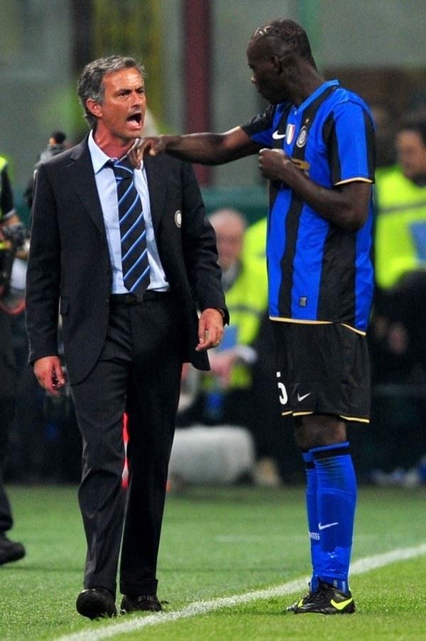 To nie była przyjacielska pogawędka... Jose Mourinho (z lewej) i Mario Balotelli z czasów wspólnej pracy w Interze Mediolan /AFP