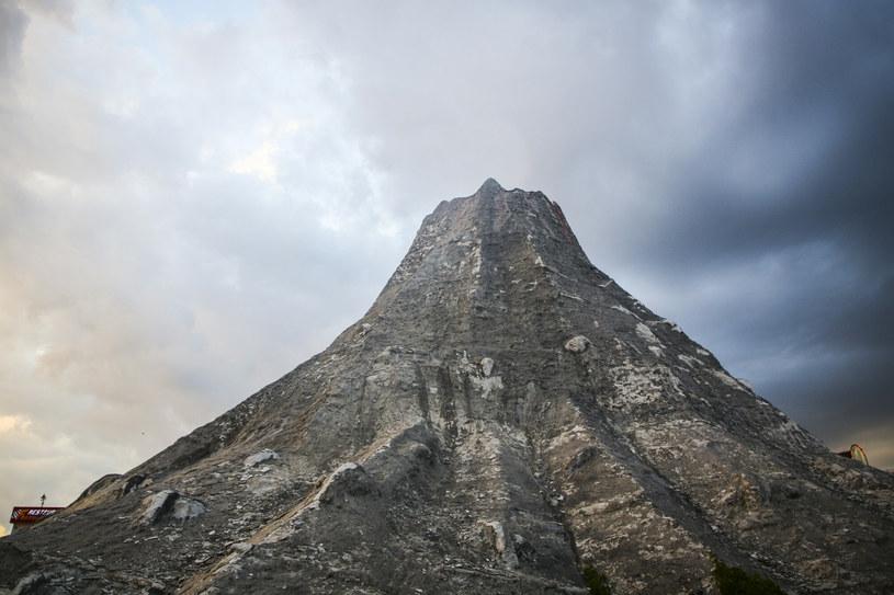 To nie wynik działalności matki natury. Na zdjęciu sztuczny wulkan w rodzinnym parku rozrywki Energylandia /East News