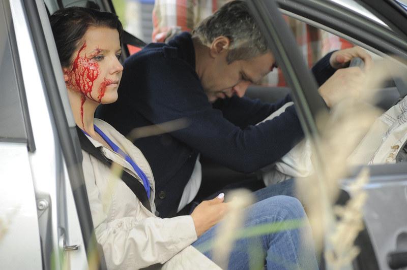 To niejedyna trudna scena, jaką przeżyła bohaterka Jabłczyńskiej. Tutaj podczas wypadku z ukochanym Januszem (w tej roli Radosław Pazura) /Galązka /AKPA