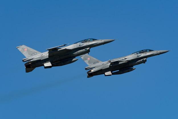 To polskie F-16 przechwyciły nad Bałtykiem samolot rosyjskiego ministerstwa obrony i eskortujące go Su-27 - dowiedział się reporter RMF FM Krzysztof Zasada (na zdjęciu ilustracyjnym: polskie F-16 z 31. Bazy Lotnictwa Taktycznego w Krzesinach) /Jakub Kaczmarczyk /PAP