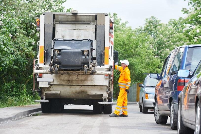 To prawda, że zwykle po odbiór śmieci przyjeżdża jeden pojazd. Śmieci nie są w nim jednak mieszane /123RF/PICSEL