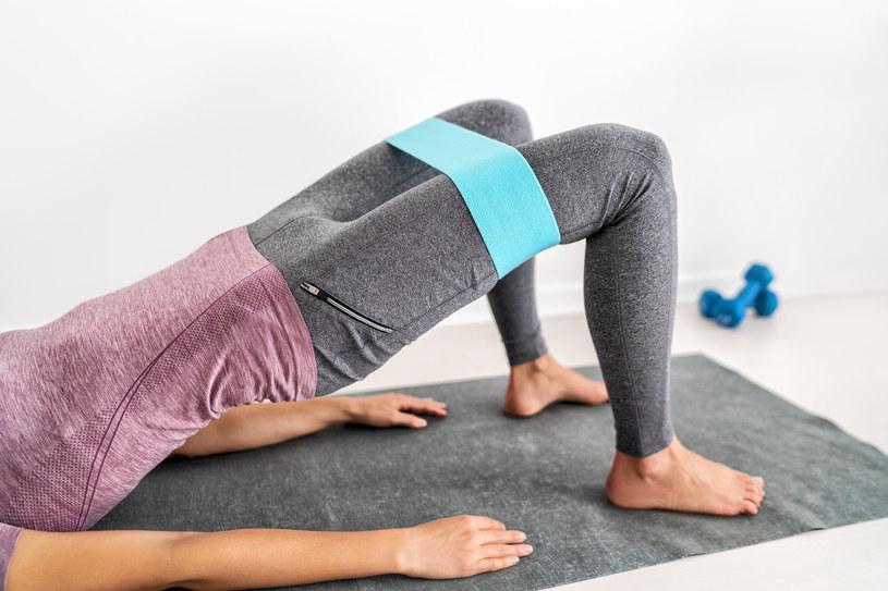 To proste ćwiczenie izometryczne świetnie rzeźbi pośladki i uda /123RF/PICSEL