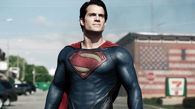 """To ptak?! To samolot?! Nie, to Superman! Henry Cavill w scenie z filmu """"Człowiek ze stali"""" /materiały dystrybutora"""