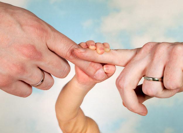 To rodzice pomagają dzieciom w radzeniu sobie z emocjami, uczą jak je pokazać, nazwać, skontrolować. /123RF/PICSEL