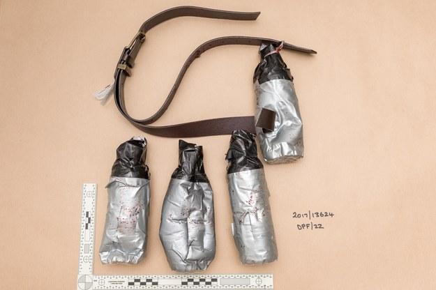 To skórzane pasy, do których sprawcy przymocowali butelki z wodą zaklejone szarą taśmą /LONDON METROPOLITAN POLICE HANDOUT /PAP/EPA