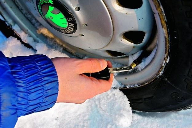 To stary sposób kierowców samochodów terenowych. Gdy koła kopią się w śniegu (lub piachu) upuszcza się ciśnienie do ok. 1,5 bara, co zwiększa tarcie opony o śnieg. /Motor