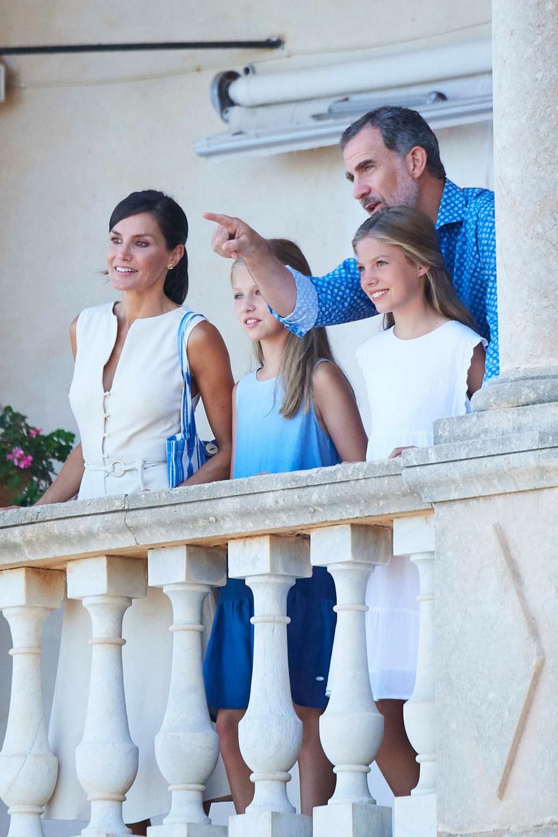 To trudny czas dla całej rodziny królewskiej. Na zdjęciu król Filip z królową Letizią oraz córkami: Eleonorą i Sofią /LIMITED PICTURES/agefotostock /East News