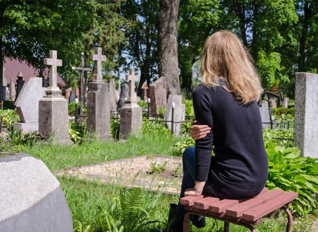 To wdowa decyduje, ile powinna trwać żałoba i jak powinna przebiegać /123RF/PICSEL