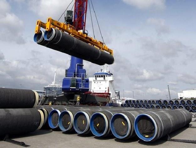 To właśnie z tych rur złożony zostanie Gazociąg Północny. Czy będą na nich czujniki? /AFP