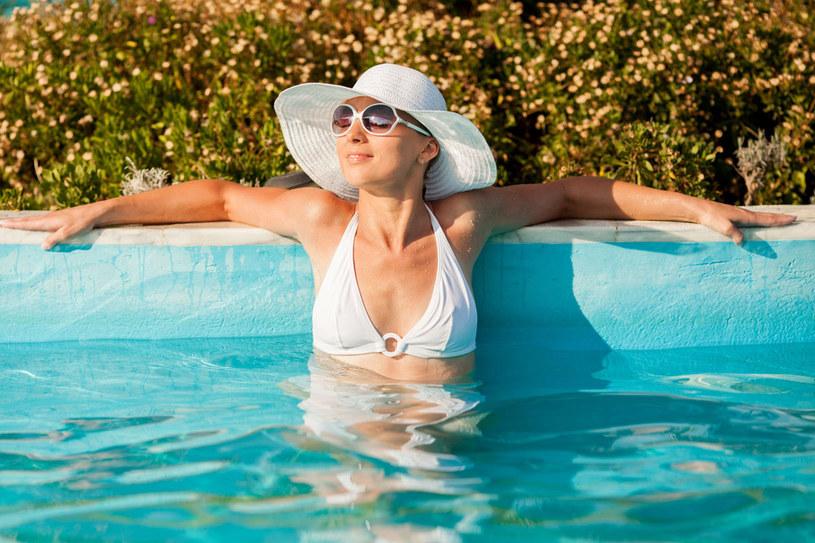 To, że basen jest regularnie czyszczony, a woda wymieniana i filtrowana, nie uchroni nas przed atakiem szkodliwych drobnoustrojów /123RF/PICSEL