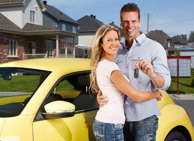 To, że sąsiad kupił samochód również może być powodem telefonu na policję /123RF/PICSEL