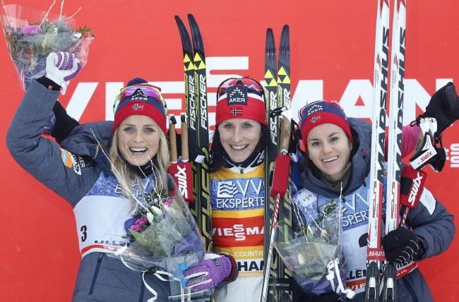 To zwykły obrazek po zawodach Pucharu Świata w biegach, czyli norweskie podium: od lewej Therese Johaug, Marit Bjoergen i Heidi Weng /PAP/EPA