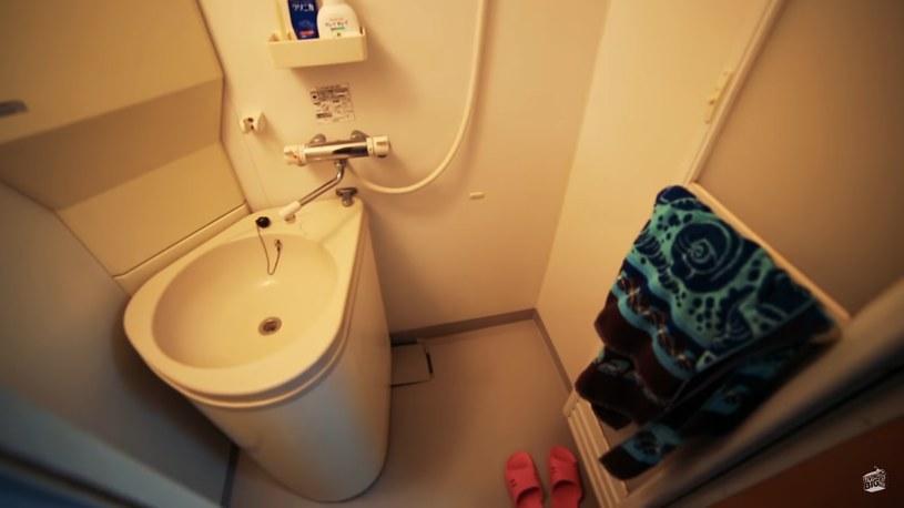Toaleta jest pod umywalką, całe pomieszczenie jest prysznicem /Living Big In A Tiny House /YouTube