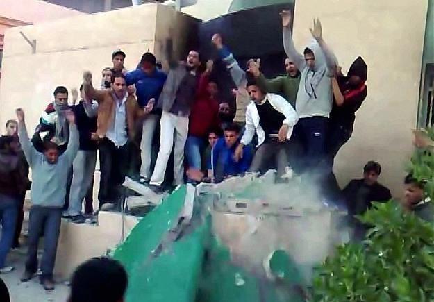 """Tobruk:demonstraci niszczą pomnik """"Zielonej Książki"""" manifestu politycznego Kadafiego /AFP"""